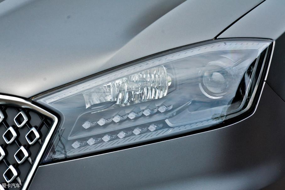 大灯的造型与普通版一致,灯腔内部通过镀铬件并加以造型,层次感非常强,并且内部采用了熏黑处理。两排LED灯泡平行排列,上排为日行灯,下排为转向灯。