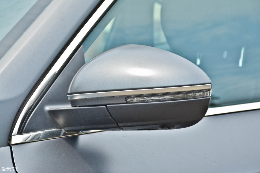 造型圆润宽大的后视镜集成了较多的功能:LED转向灯、迎宾灯、车侧摄像头以及并线辅助功能,实用性配置以及提升质感的配置都非常到位。