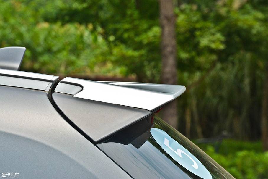 扰流板上方增加了一层哑光镀铬进行装饰,这样做在视觉上与行李架有着更强的整体感。