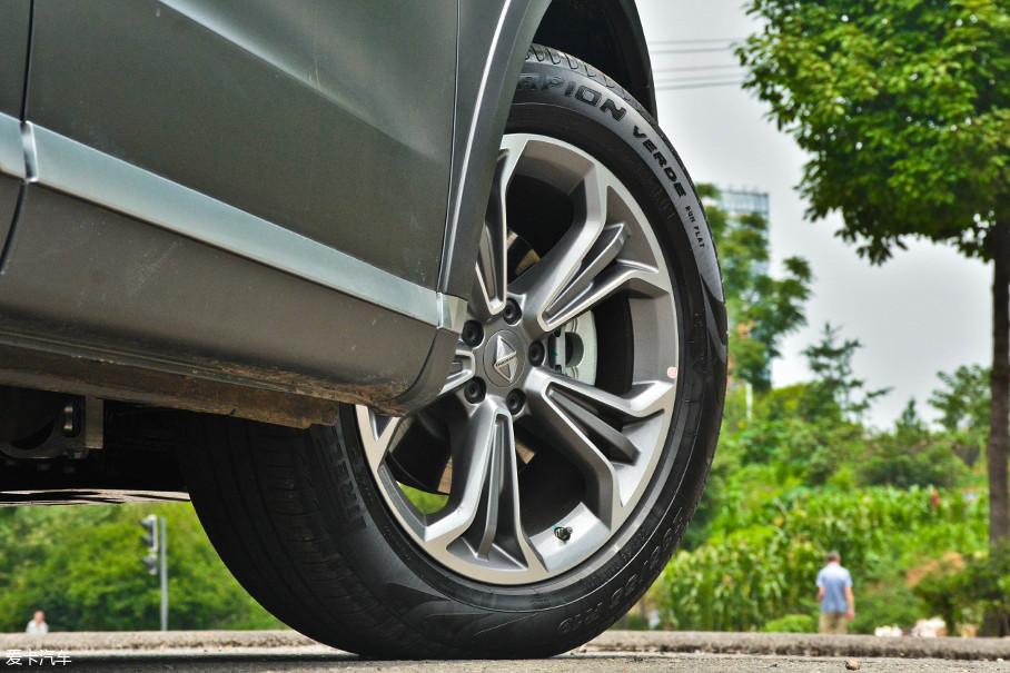 TS系列标配了19寸双色刀锋式轮圈,轮胎方面则采用的是倍耐力Scorpion Verde的缺气保用轮胎,规格为235/55 R19。
