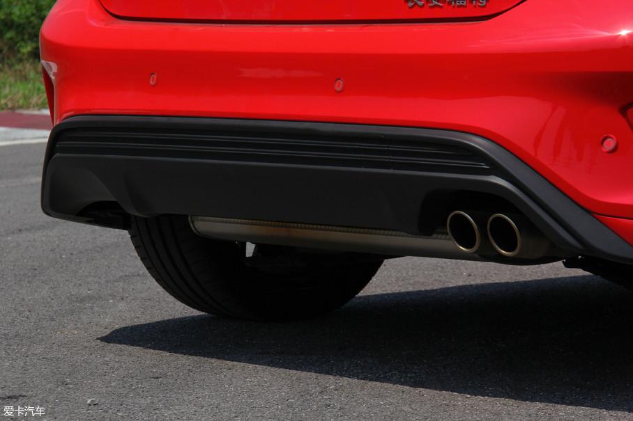 我们试驾的这台车采用了单边双出的排气布局,普通车型则采用了单边单出的排气布局。不过可以看到左侧尾唇直接有预留位,方便车主后期对于排气的升级。