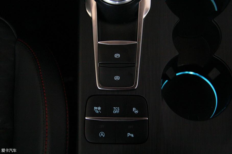 挡把后方也是配置功能区聚集的地方,自动泊车、车身稳定系统、电子手刹、发动机起停均集成在此。