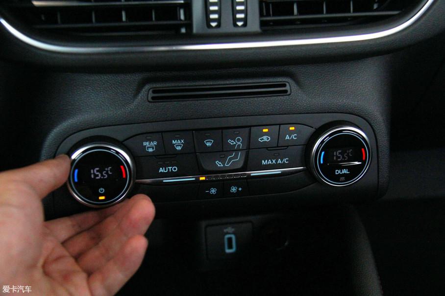 空调区域按键看似不少,但基本没有上手难度。双温区自动空调、方向盘加热、座椅加热等都被集成了这片区域。