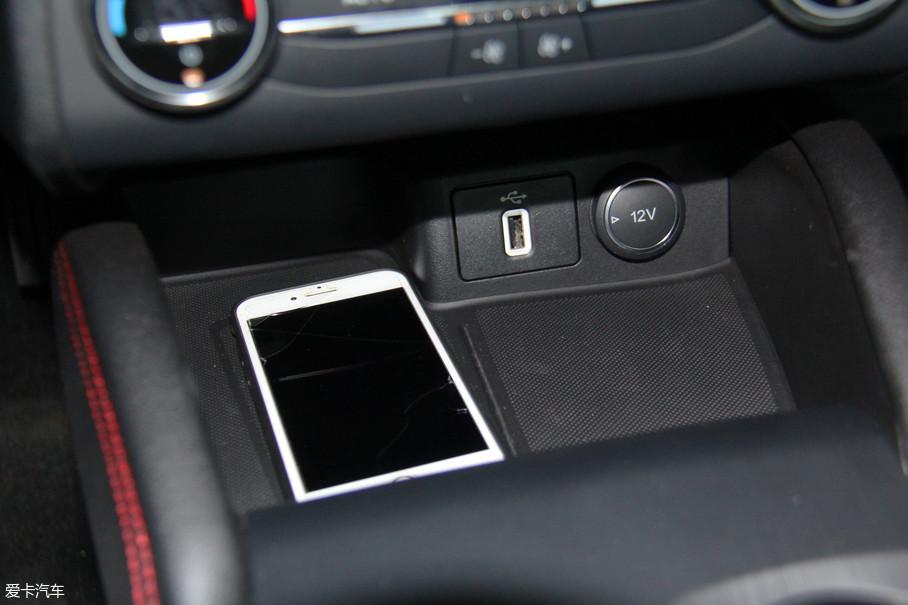 挡把前方的储物格内除了设置有USB接口和12V电源外,还配备了无线充电功能,大大提升了便利性。