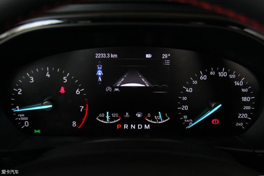 之前的双筒仪表被抛弃,取而代之的是扁平的双表盘式设计,信息显示也变得更加直观了。中间的显示屏可以显示部分电子系统的状态,新加入的驾驶模式选择也可通过屏幕进行调节。