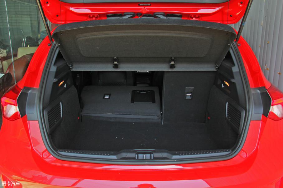 两厢版车型的行李厢容积比较一般,纵深只有820mm,在不拆除隔板的条件下高度也只有530mm,好在宽度比较大,超过了1000mm。而且在座椅分折放倒之后纵深还算可观,可以放下滑雪板这种长度的物件。