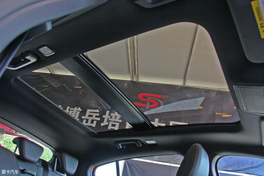 双天窗的设计进一步提升了车内的通透性。