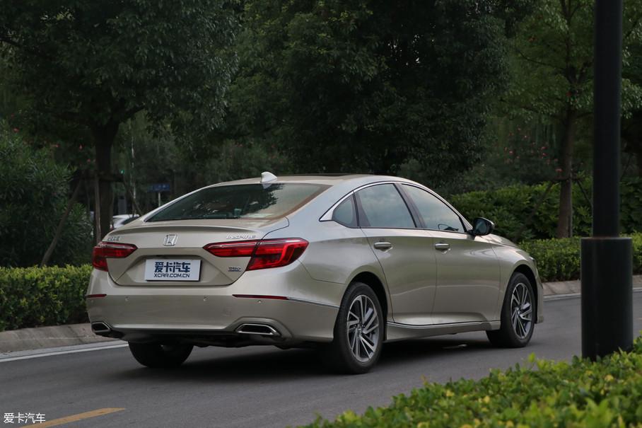 来到车尾,其尾部造型还是有着自己的独特设计。主打的金色车身,也将车尾视觉进一步拓宽。