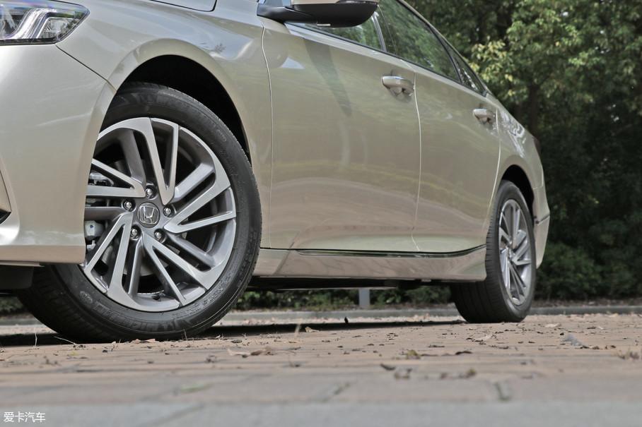 顶配车型采用米其林浩悦系列轮胎,尺寸为225/50 R17。低配车型也装配了17寸轮圈,但轮胎造价更便宜些。