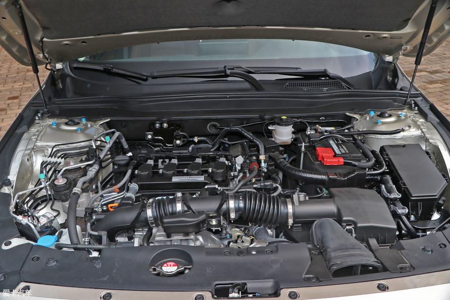 这台顶配的INSPIRE配备了L15BR高功率版发动机,带有VTEC技术,涡轮和缸盖经过重新设计,最大功率143kW(195Ps)/5500rpm,最大扭矩260Nm/1500-5500rpm。