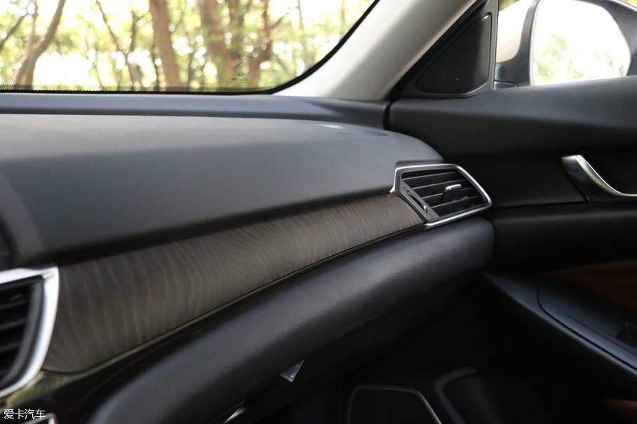 中控台采用黑色+木纹装饰的设计,大面积搪塑材质的运用符合预期,均匀的接缝也保持了本田一贯的良好做工。