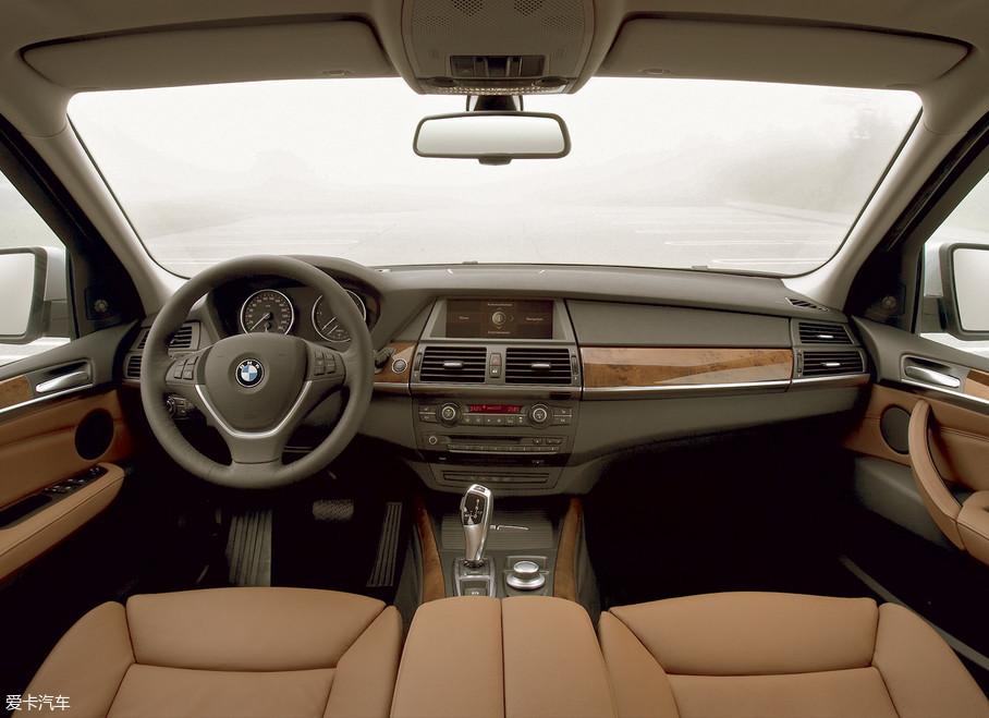 此时,X5已经一跃成为了继宝马3系(E90)和5系(F10)之后第三畅销的车型。这代车型也是国内保有量最大的,时至今日在二手车市场,还可以看到成色优秀残值不低的第二代X5。