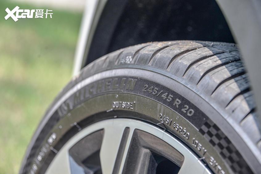 外观:配20英寸轮圈 双边共双出排气