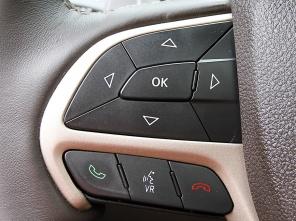 2014款jeep大切诺基配备了一块7英寸大小的液晶仪表盘,显示高清图片