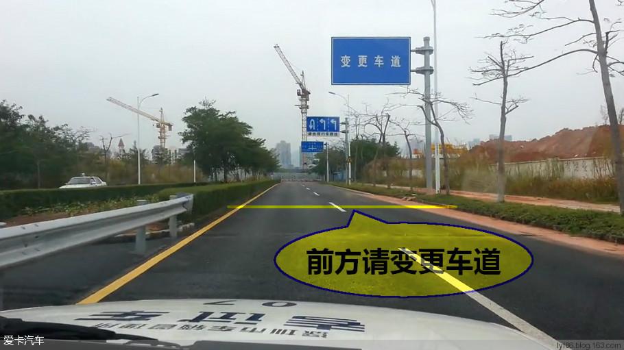 (1)变更车道时,首先要观察与判断观察车辆后方、侧方和准备变更的车道上的交通流情况;确认安全后,打开转向指示灯示意,并再次通过后视镜观察两侧道路上有无车辆超越,确认准备驶入的车道是否允许留有安全距离。在不妨碍该车道内车辆正常行驶的情况下,平稳转向、驶往所需车道后,关闭转向指示灯; (2)每次变更车道,只能变更到相邻的车道;若需变更到相邻以外的车道,应先变更到相邻的车道,行驶一段后,再变更到另一条车道。在车道分界线为实、虚线的路段,实线一侧的车辆严禁变更车道;