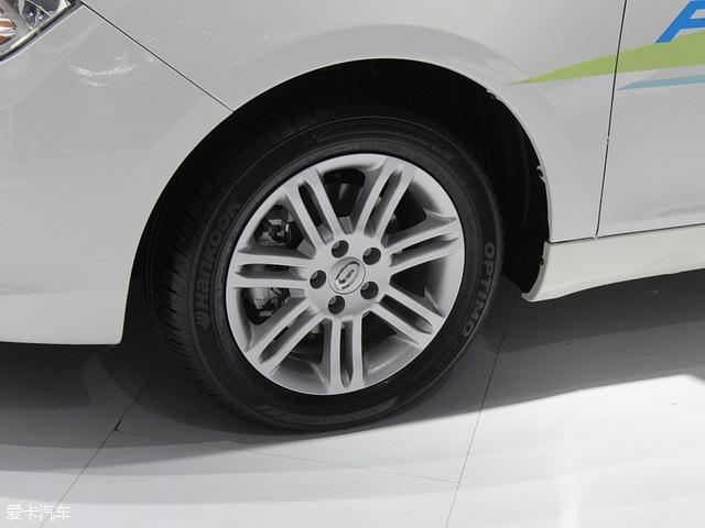 车尾造型比较中庸,家用车的设计,没有太多的亮点。