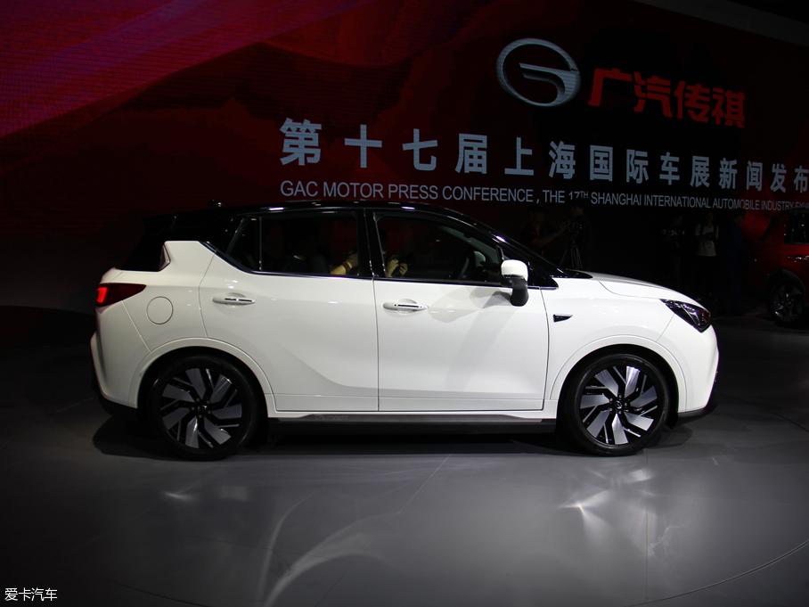 在今年的上海车展上,广汽传祺正式发布了自己的首款纯电动车型-传祺GE3。这款定位于纯电动小型SUV,是广汽传祺基于全新新能源平台打造的首款纯电动车