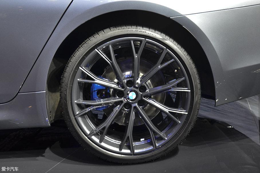 后轮尺寸为275/30 R20。