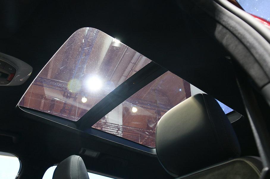Coser未经同意爬上车压坏天窗
