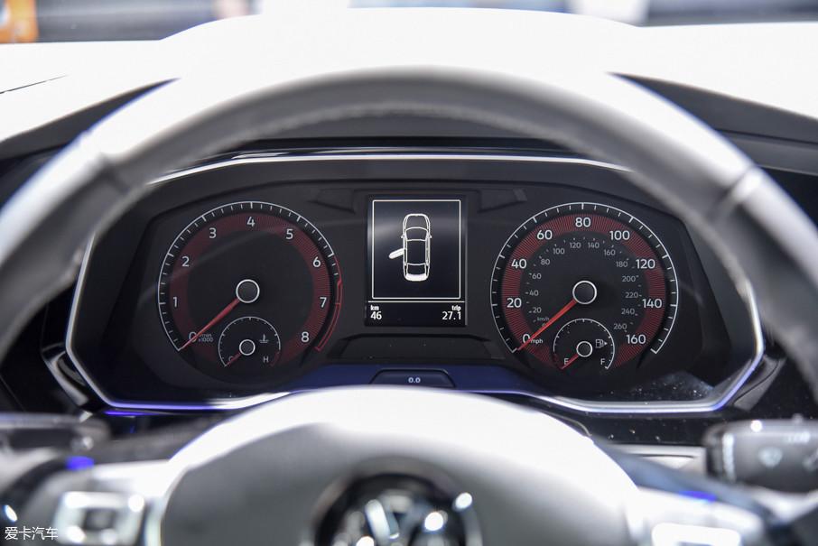 展车依旧采用了双圆形机械式指针仪表配合中央黑白行车电脑显示屏的设