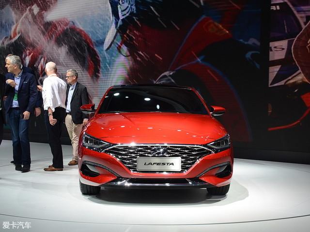 北京奔驰新款C级   预计上市时间:2018年9月   新车点评:现款奔驰C级在中国市场销量一直稳中有序,进入2018年便一直是这一细分市场的销量冠军。而新款车型不管是豪华程度还是外观设计,都符合了奔驰一贯的标准,上市后将进一步提升车型的整体性价比。 北京奔驰新款C级申报图 日内瓦车展实拍   外观方面,新车采用了全新样式的大灯组,整体看上去更加富有科技感,夜晚点亮时,视觉效果极为醒目。大灯组内部上下共有8颗LED光源,并带有自适应远近光切换功能,进一步提升了车辆灯光的便利性,LED日间行车灯也得以保