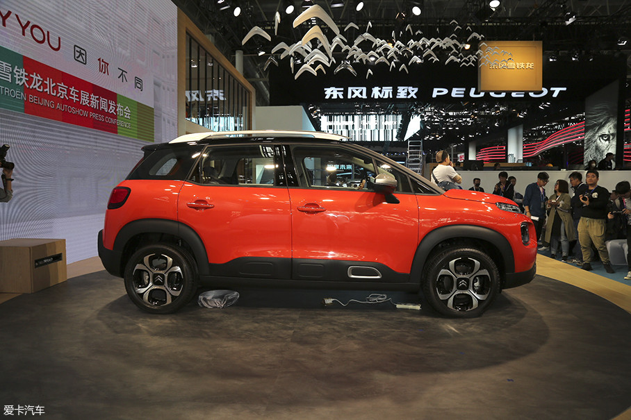 新车相比海外版车型在车身数据上有所提升,未来在国内销售的云逸SUV车身加长120mm、轴距加长60mm,加长后车身长度达到4275mm、轴距达到2655mm。