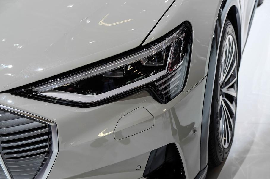 车灯造型在保持现有奥迪家族风格的同时进行了局部的创新,外侧折角的面积更大,外角四条横向LED灯带不但和横格栅相呼应,也有着满满的科技感。