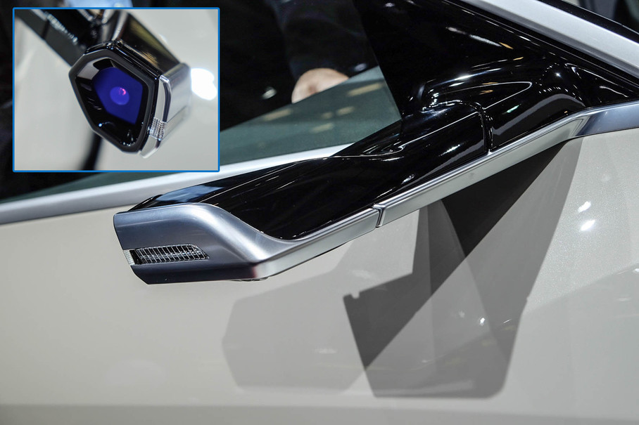 移植自概念车上的虚拟外后视镜造型非常前卫,也为这辆车增添了科技感。并且它集成了电子收费收发器,以此减少挡风玻璃混乱的安装方式,同时还集成了转向灯。不过由于各国法规的差异,这一设计在最终量产时未必会被保留。