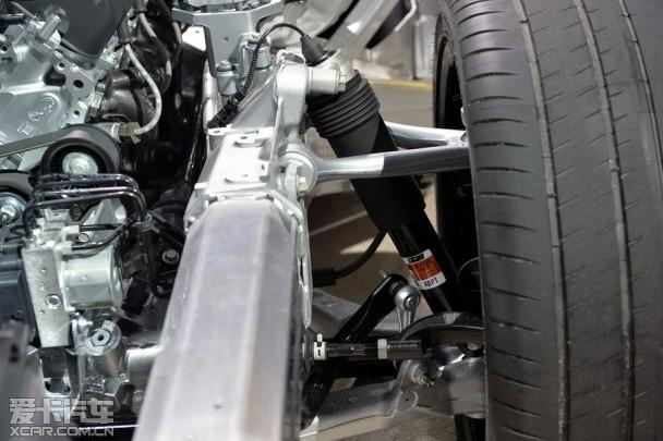 C7 Z06的前双摇臂悬挂和MRC电磁悬挂系统 接下来看看行走系统。C7 Z06采用前双摇臂(通用自家的叫法是长短臂)、后多连杆的悬挂搭配,辅之以通用引以为傲的MRC电磁悬挂系统。以上这些听起来不太直接?直截了当的说法是这车能让你在大多数胡来的驾驶情况下把轮胎贴住地面。