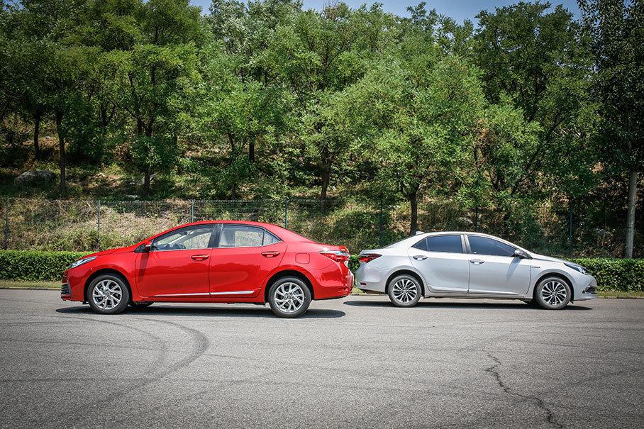 作为卡罗拉家族的兄弟车型,卡罗拉双擎与卡罗拉1.2T在车身侧面的轮廓以及线条勾勒上几乎没有差别,后视镜,车门把手以及车侧防擦条的造型也是如出一辙。