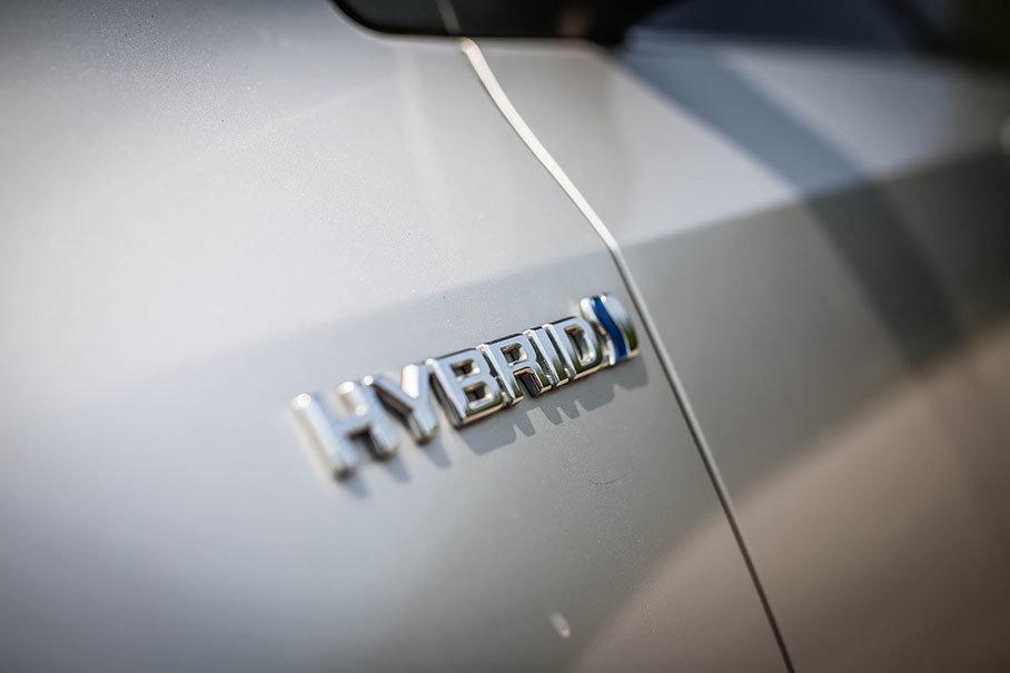 卡罗拉双擎的车身侧面,非常醒目的标识彰显着自己的混动技术身份。