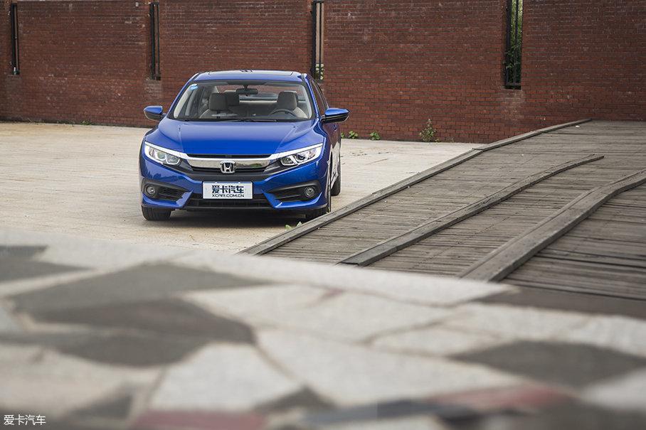 车头拥有强壮的肌肉线条,并配合车身线条营造出的俯冲感,充分展现出它的战斗气质。