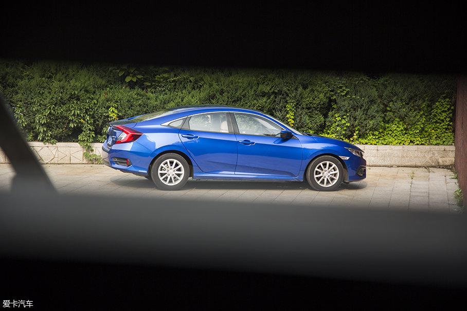 车身侧面的线条十分简洁,但是为营造整个车身的俯冲感贡献良多,高、低两条腰线均是由高向低的斜线,前轮拱处的突起也展现出了运动车型特有的肌肉感。