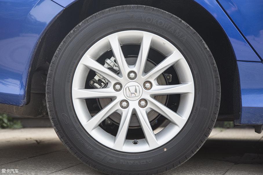 试驾车型采用16寸十辐轮圈,样式较为简洁,配备优科豪马advan db decibel系列215/55 R16 93H规格的轮胎,在操控性和舒适性方面的表现还算不错。