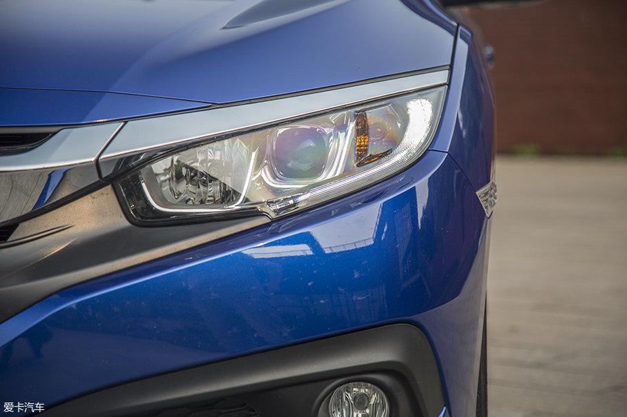 大灯采用了狭长的造型,LED日间行车灯在整个灯组的外侧,点亮后有着不错的辨识度。光源方面,该车型采用了配备透镜的远近光一体式卤素大灯。