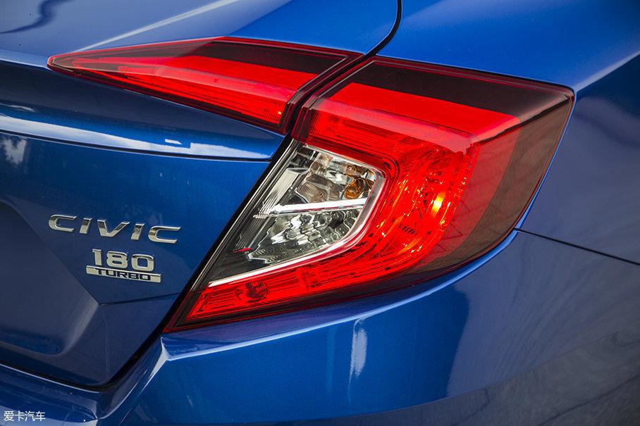 """车尾的""""C""""型尾灯点亮后,就像一个""""括号"""",辨识度非常高。"""