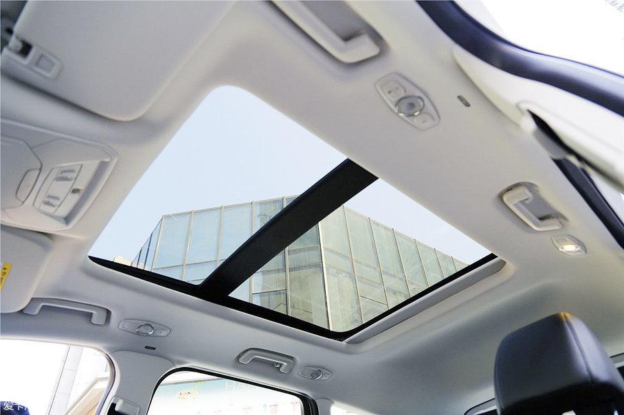 翼虎的全景天窗在与柯迪亚克的对比中不相上下,从它的长度、宽度以及可打开的部分来看,能够满足消费者的使用需求,无论是采光面积以及通透感表现极佳。