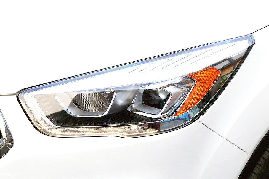 翼虎的前大灯采用了卤素近光灯带有透镜的搭配方式,无论是造型设计还是大灯配置都让人挑不出毛病,整体给人感觉锐利而时尚。