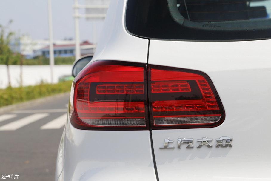 途观丝路版的尾灯在白色车漆的映衬下也显得格外显眼,灯罩内部的各种灯光均使用LED光源,夜间的辨识度非常高。