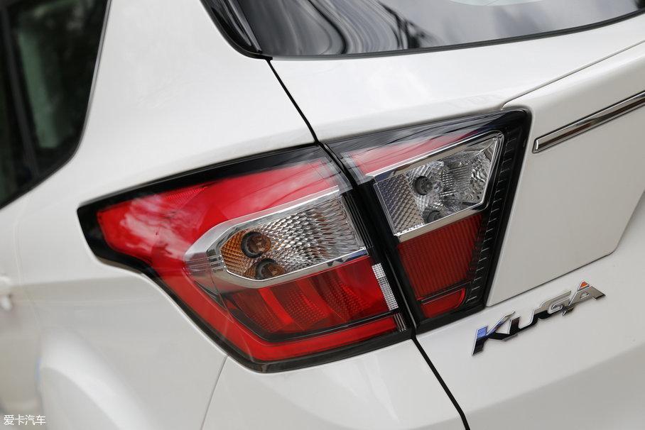 改款之后的尾灯,相比之前更加精神了,也很讨年轻消费群体的欢心,红黑白的灯罩色彩搭配,也增强了尾灯的立体感。
