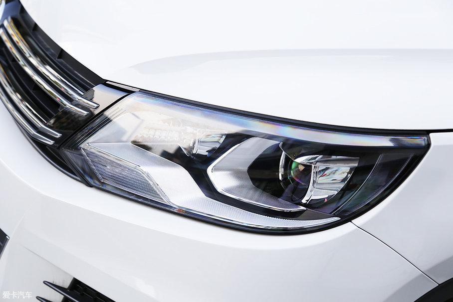 途观丝路版的大灯造型,相比较新翼虎而言,稍微平和了一点,对于中国消费者来说,中庸的设计能够让大多数人接受。