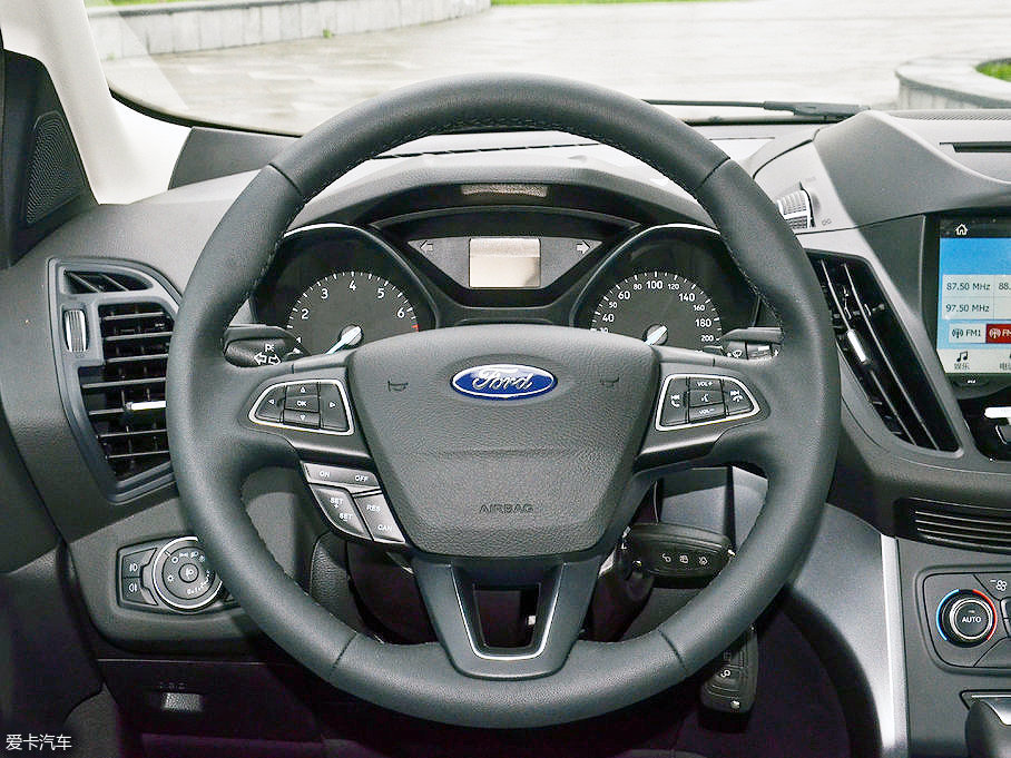 多功能方向盘配有换挡拨片,并且除入门的精翼型外,其他车型均配备真皮包裹,这样的配置在这个级别的车型中,可谓相当厚道。