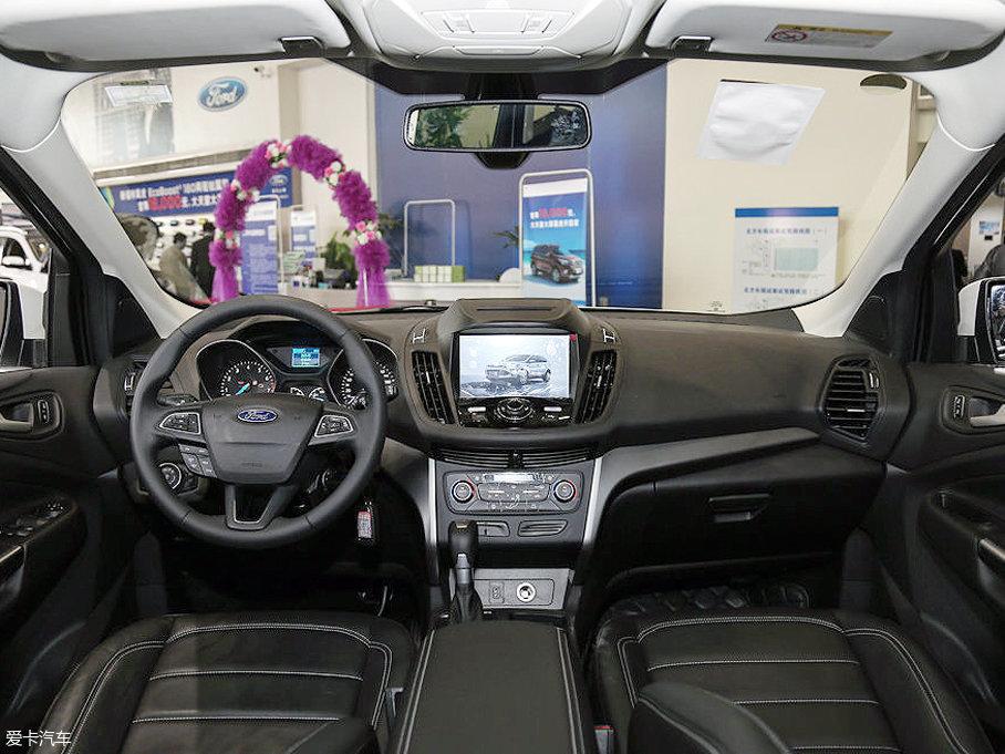 内饰方面,翼虎延续了福特的家族设计语言,环抱式的驾驶舱设计能为乘客提供不错的包围感,大尺寸中控屏集成了诸多功能,令操作更加简便。