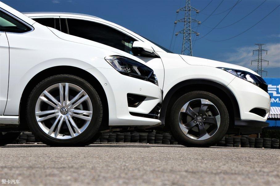 高尔夫·嘉旅的轮胎规格为225/45 R17,缤智为215/55 R17。两款车型都配备了17英寸轮圈,高尔夫·嘉旅的7辐式镂空轮圈造型延续了简洁实用的设计风格,在细节上体现出了不错的质感。而缤智的双色切削轮圈看上去比较新颖,符合其运动风格设定。