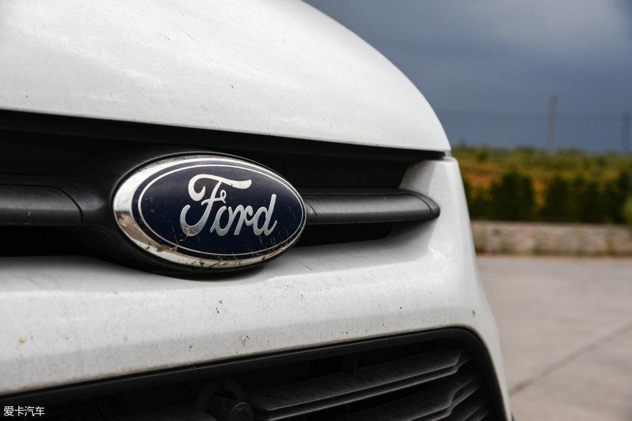 """福特新全顺在高速路段的表现异常抢眼,无论是中段加速还是高速超车时的再加速能力,福特新全顺这台EcoBoost 2.0T发动机都给我带来了不小的惊喜,最大功率149kW(202Ps)、最大扭矩300Nm的数据表现让福特新全顺经常上演""""扮猪吃老虎""""的戏码,这些离不开缸内直喷、双独立..."""