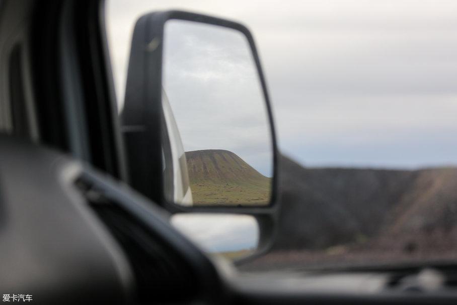 集成了转向灯的外后视镜虽然只能从车外手动调节,但适应性还是非常高的,全程5个人都驾驶过福特新全顺,身高从198cm到175cm都有,期间没有一个人用手调节过后视镜角度。