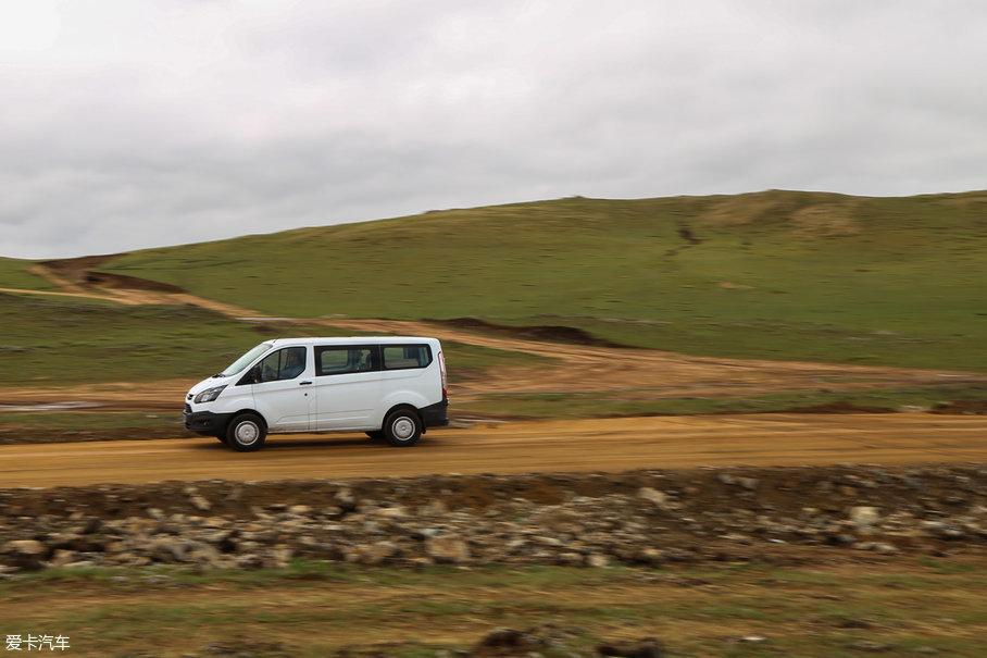 值得一提的是,在我们离开公路抵达火山之前会经历一段非铺装路面,在这种砂石路面上,福特新全顺有了些许拉力赛车的感觉,让几个有着拉力赛梦的同事有些流连忘返。