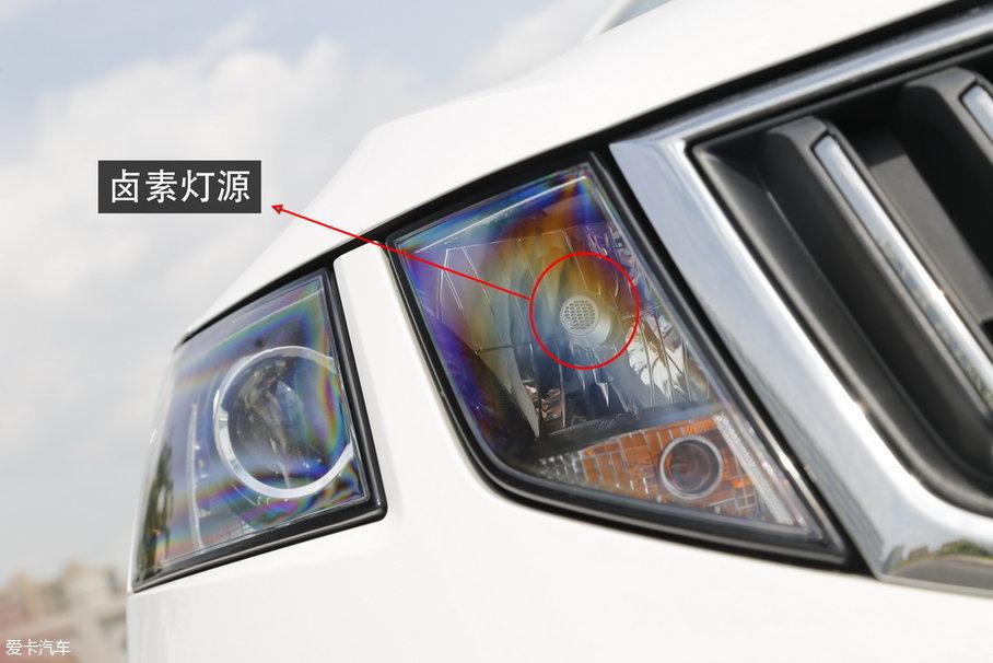 中低配车型,则使用了传统的卤素光源,符合其十万元出头的家用车定位。现在来看,用LED大灯替代传统的氙气大灯是个趋势,斯柯达品牌也与时俱进地在新车上配备了LED大灯,积极的跟进值得肯定。
