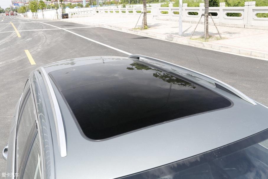 明锐旅行车中高配车型配备了超大尺寸全景天窗,在尺寸上非常大。