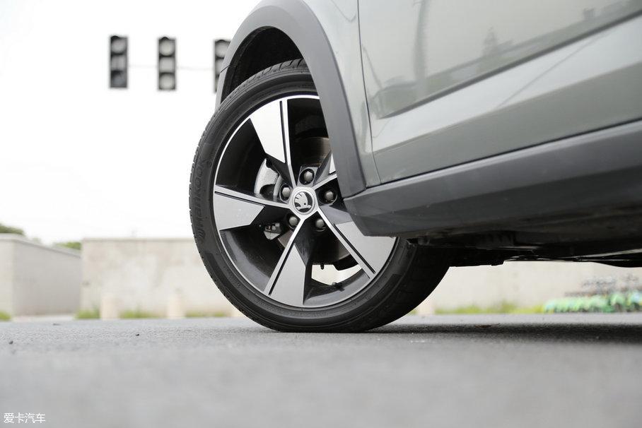 整个明锐家族的轮胎尺寸一共有两种,旅行车上的这套尺寸为225/45 R17,属于高配阵营,亮面的五辐轮圈特别好看,尤其是车开起来从侧面看,像一把战斧一样。